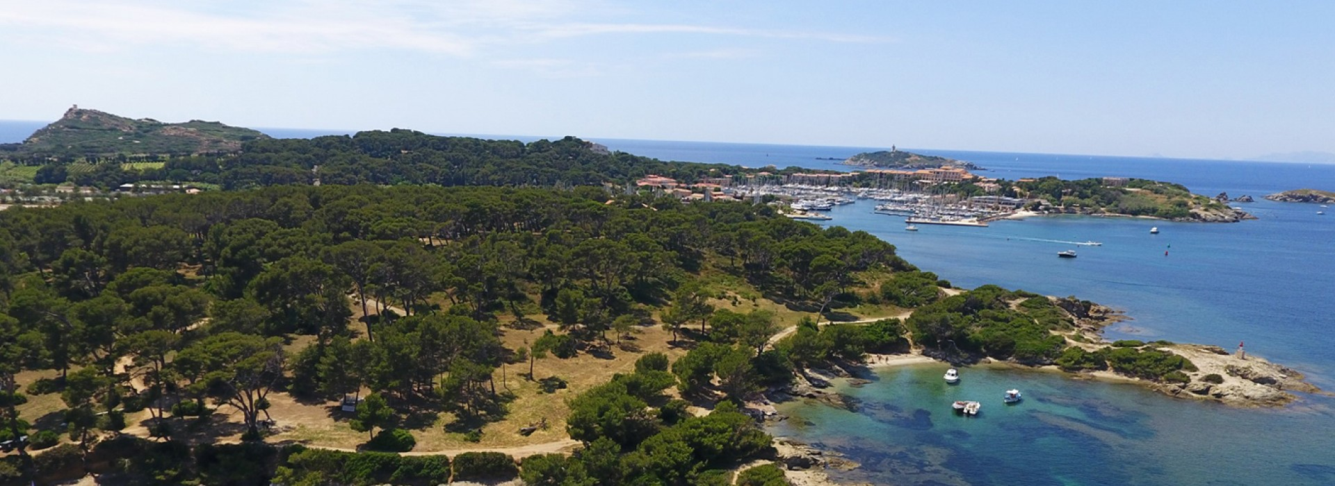 Terre de paradis à 12 minutes en bateau du charmant port du Brusc, l'île des Embiez est accessible toute l'année !